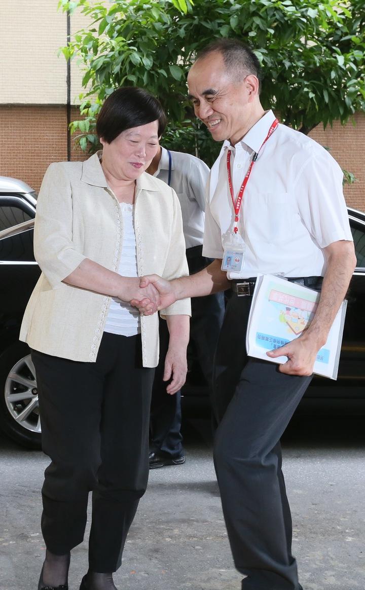 為解決一例一休實施造成的爭議,勞動部在勞保局舉行勞動政策公聽會,部長林美珠(左)與勞保局局長石發基(右)出席會議。記者許正宏/攝影