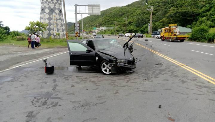 事故現場一片狼藉,肇事的朱姓男子及母親都有不少傷勢,但無生命危險。圖/大武警察分局提供
