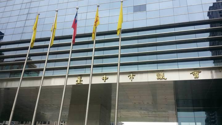 台中市議會今天國旗飄揚,議會人員反問,有下雨嗎?!記者陳秋雲/攝影