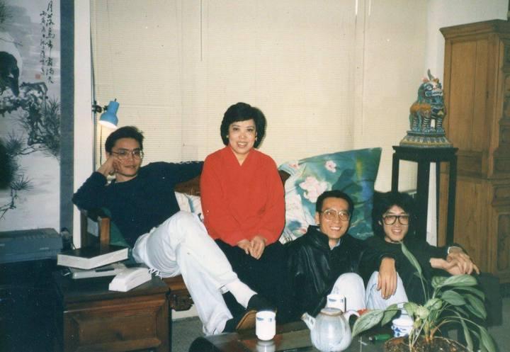 施文彬的母親裴深言(左二)曾將房子租給大陸詩人貝嶺(右一),他因此認識劉曉波(右二)。圖/摘自施文彬臉書