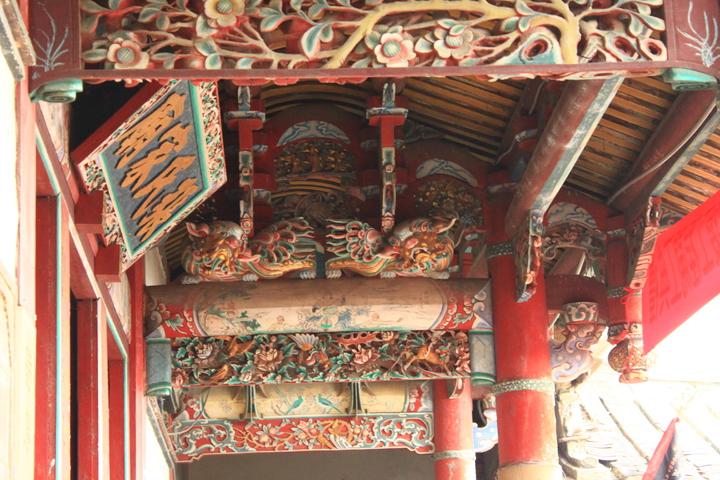 張氏家廟這棟建築極具客家建築的代表性,不論木雕、石雕、彩繪、泥塑等建築工藝均極具特色與價值。記者郭政芬/攝影