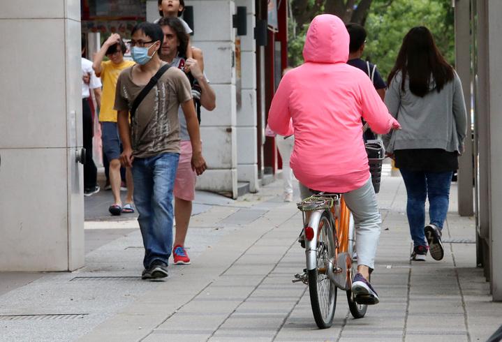 單車族注意!台北市今天(17日)起,將嚴格取締自行車違規行駛人行道、騎樓現象。記者胡經周/攝影