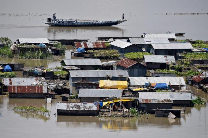圖為阿薩姆省莫里高恩(Morigaon)地區內遭洪水淹沒的民房。路透