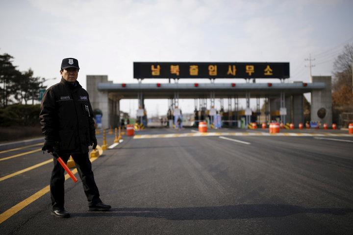 一名南韓守衛站在通往北韓開城工業區的道路上。(路透)