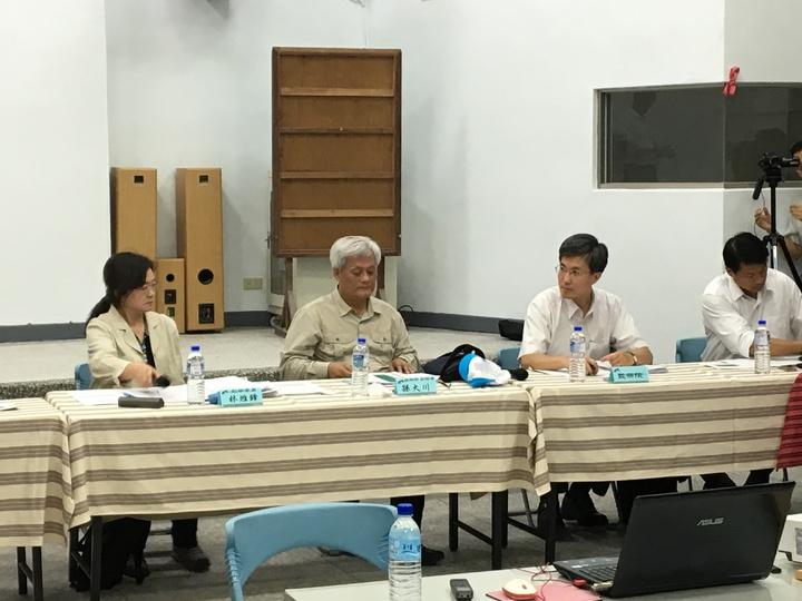 監察院副院長孫大川(左二)、監委林雅鋒(左一)率調查官到礦場所在地履勘。記者徐庭揚/攝影