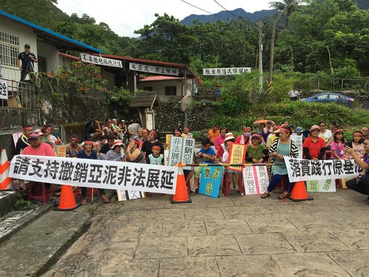 會場外也聚集陳情民眾,拉起布條大喊「撤銷非法展延、修正黑箱礦業法」。記者徐庭揚/攝影
