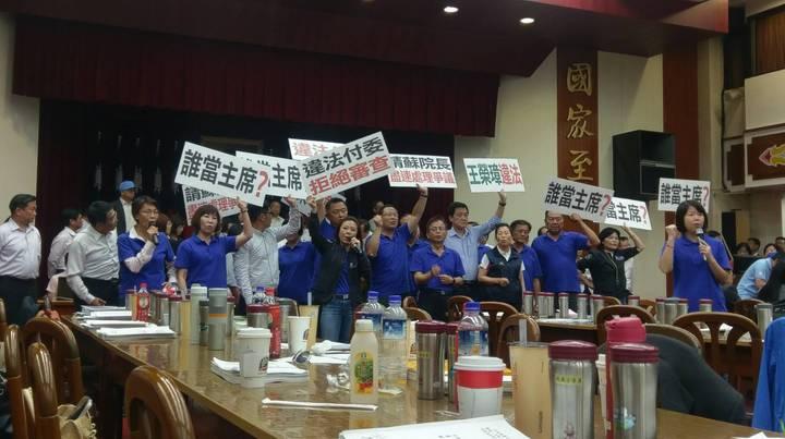 藍委將麥克風與音箱搬入議場,高喊「違法開會」,企圖阻止議事進度推進。