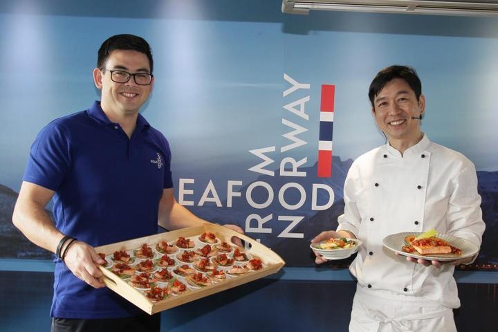 挪威海產推廣協會東南亞區總監-Jon Erik Steenslid(左)與天菜大廚MASA(右)。業者/提供