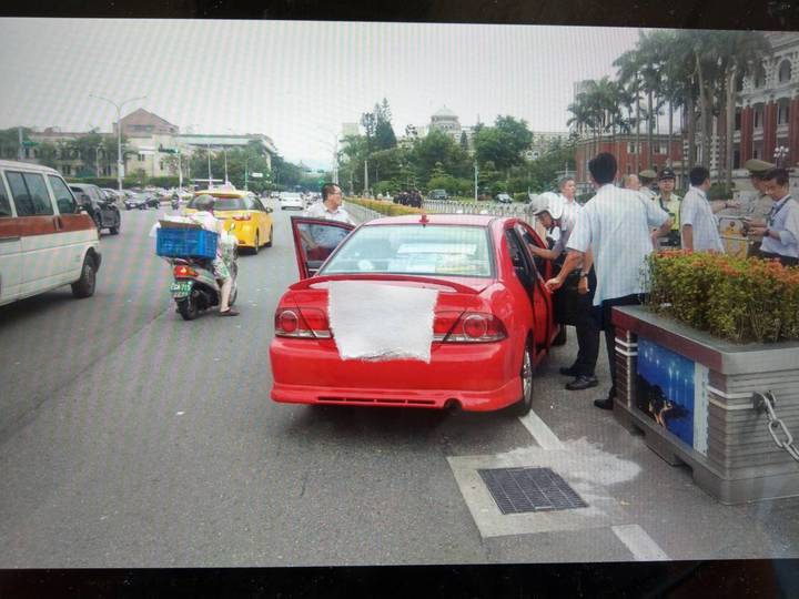 曹男將車停放總統府前,抗議五星旗飄揚中華民國國土上。圖/記者廖炳棋翻攝