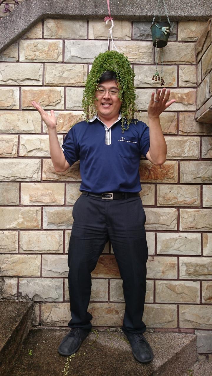 嘉義基督教醫院企劃室主任洪錫隆罹患大腸癌,成功抗癌重生,他陽光開朗,沒有一絲病容。圖/洪錫隆提供
