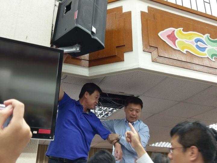 國民黨立委費鴻泰不滿民進黨立委繼續質詢,爬上去要將會場的音箱電源線拔掉,遭民進黨立委朝天麟阻擋。記者劉宛琳/攝影