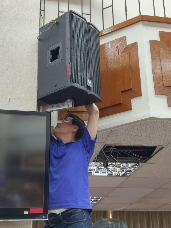 國民黨立委費鴻泰不滿民進黨立委繼續質詢,爬上去要將會場的音箱電源線拔掉。記者劉宛琳/攝影