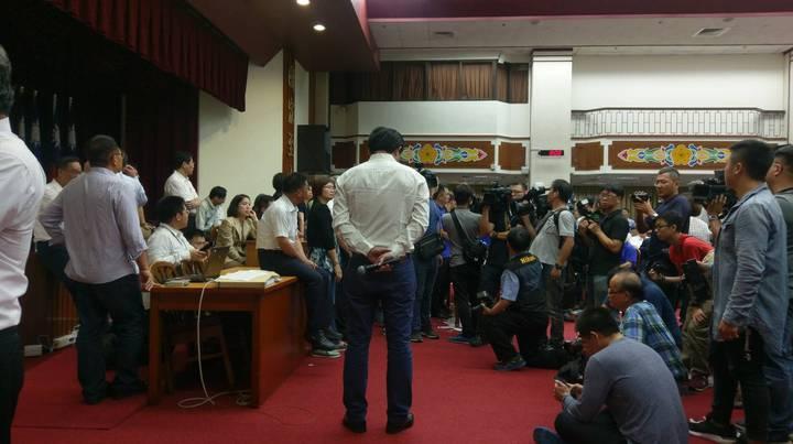 時代力量立委黃國昌在主席台前,等待官員上前接受質詢,但因遭藍營阻擋,導致質詢程序遲遲無法進行,議事也持續僵持。