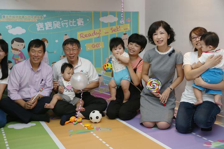 台北市長柯文哲(左二)與太太陳佩琪(右二)醫師,上午一同出席台北市社區公共托育家園7家聯合開幕典禮,與家長、孩童親切互動。記者林俊良/攝影