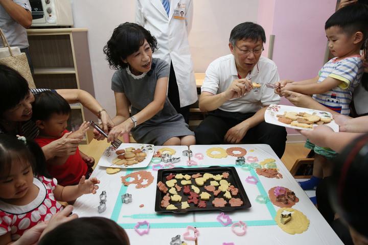 台北市長柯文哲(中右)與太太陳佩琪(中左)醫師,上午一同出席台北市社區公共托育家園7家聯合開幕典禮,與家長、孩童親切互動。記者林俊良/攝影