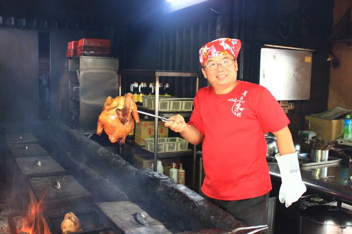 老闆劉華柱自己研發柴燒的燜雞,外皮酥脆,肉質富有彈性,假日客人多。記者郭政芬/攝影