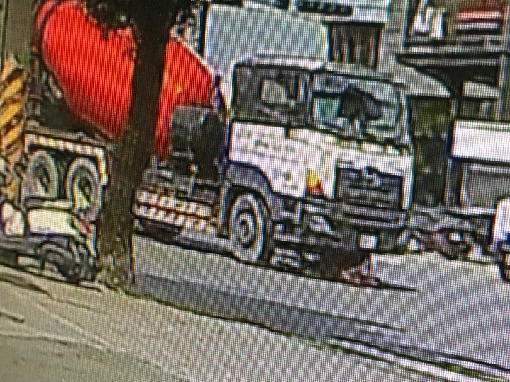 雲林縣斗六市一名婦人今天上午騎著腳踏車被一台預拌混凝土車捲進車底,連人帶車拖行17公尺,但全身上下僅有背部多處擦傷,並無大礙,甚至還能自行從車底爬出,連員警看到都直呼「太幸運了」。記者陳雅玲/翻攝