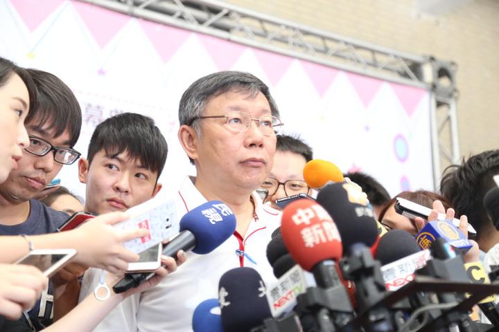台北市長柯文哲今上午受訪表示,北市需要有一個暫時聯合指揮中心,中央不做,「我們自己扛起來做」。記者魏莨伊/攝影