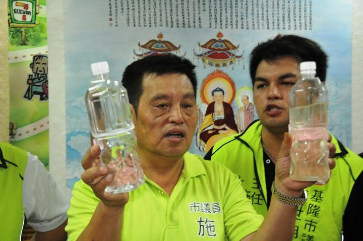 議員施世明今天指控自來水變黃濁(右)與正常的自來水(左)不同,民眾不敢喝。記者游明煌/攝影