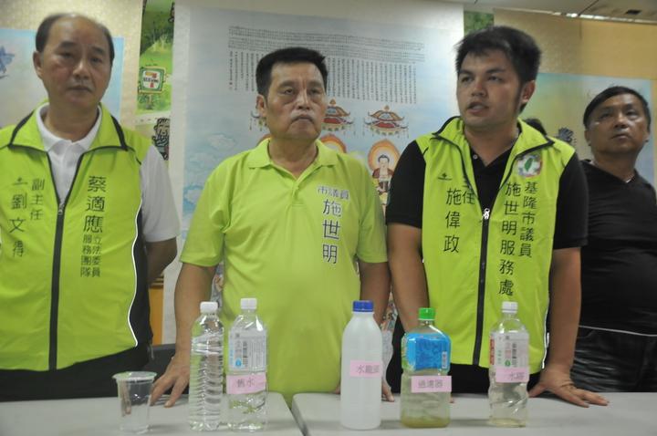 議員施世明今天指控自來水變黃濁與正常的自來水不同,民眾不敢喝。記者游明煌/攝影