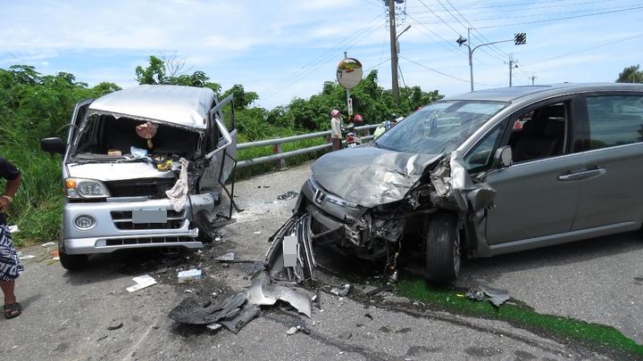 台11線富山段近中午發生嚴重車禍,兩輛車頭嚴重變形,造成7人輕重傷。記者潘俊偉/攝影