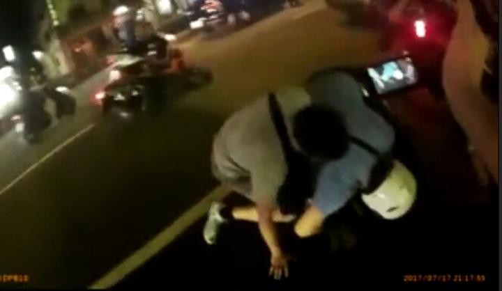 警方將車上毒販拉下車壓制。記者江孟謙/翻攝