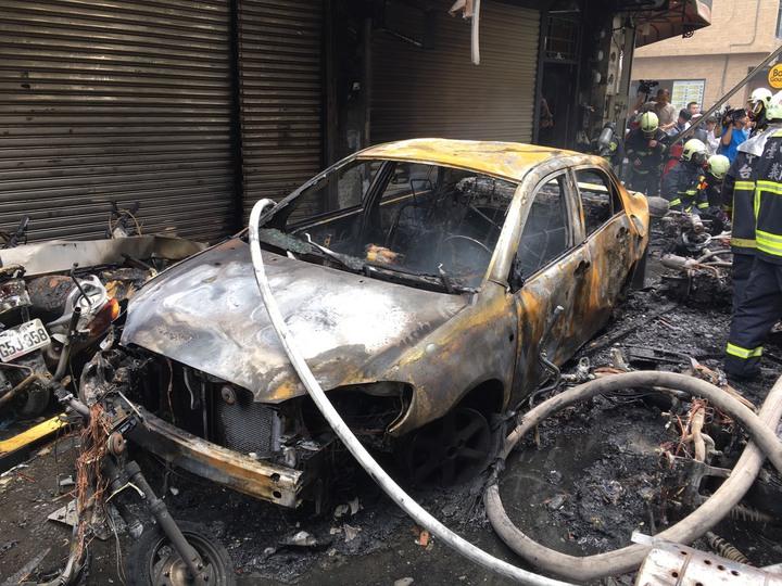 台中逢甲商圈1家餐廳發生瓦斯氣爆,停在路邊的車輛遭波及,燒得面目全非。圖/台中市消防局提供