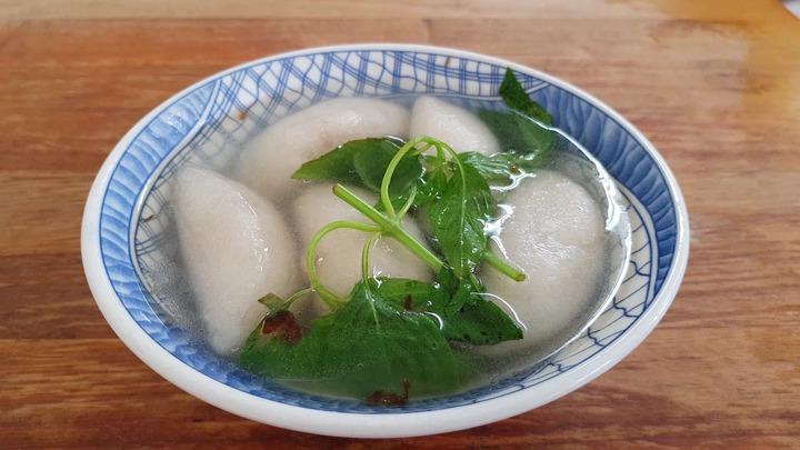大骨熬的湯加上九層塔,清爽又襯出水晶餃的美味。記者黃瑞典/攝影
