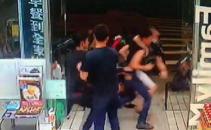 徐姓男子倒楣被抓,一陣毆打後才被放下車。記者江孟謙/翻攝