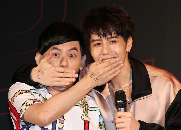 胡宇威在主持人黃子佼與自己手上寫上「Kiss me」,再搭配新歌做出「shut up and kiss me」動作。記者胡經周/攝影