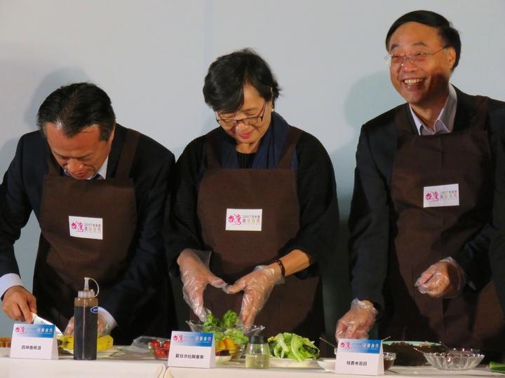 台灣美食展展前記者會,台灣觀光協會會長葉菊蘭(中)與觀光局展周永暉(右)等部會首長秀廚藝。記者雷光涵/攝影