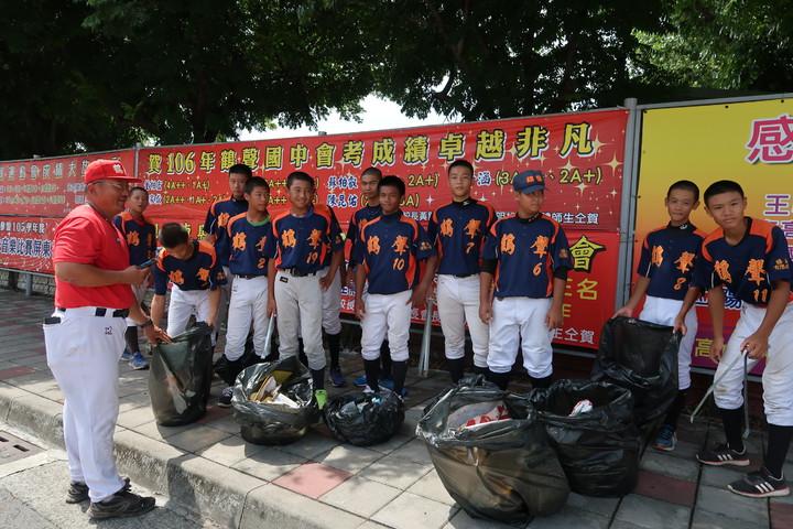 屏東縣鶴聲國中棒球隊下周將到日本移地訓練,移地訓練前,球員們還特別打掃社區,為家鄉盡力。記者翁禎霞/攝影