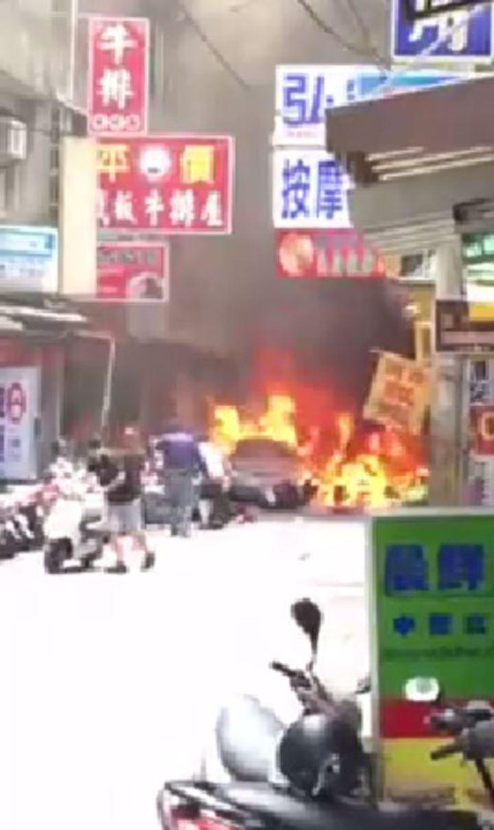 今日中午在逢甲商圈發生嚴重爆炸案,現場正好有民眾拍下過程。圖/擷取自爆料公社影片