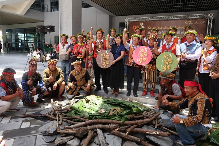 屏東縣有9個原住民鄉,涵蓋各族群,每年暑假正是各部落慶豐年的時刻,圖為霧台鄉展現的小米占祭儀。記者翁禎霞/攝影