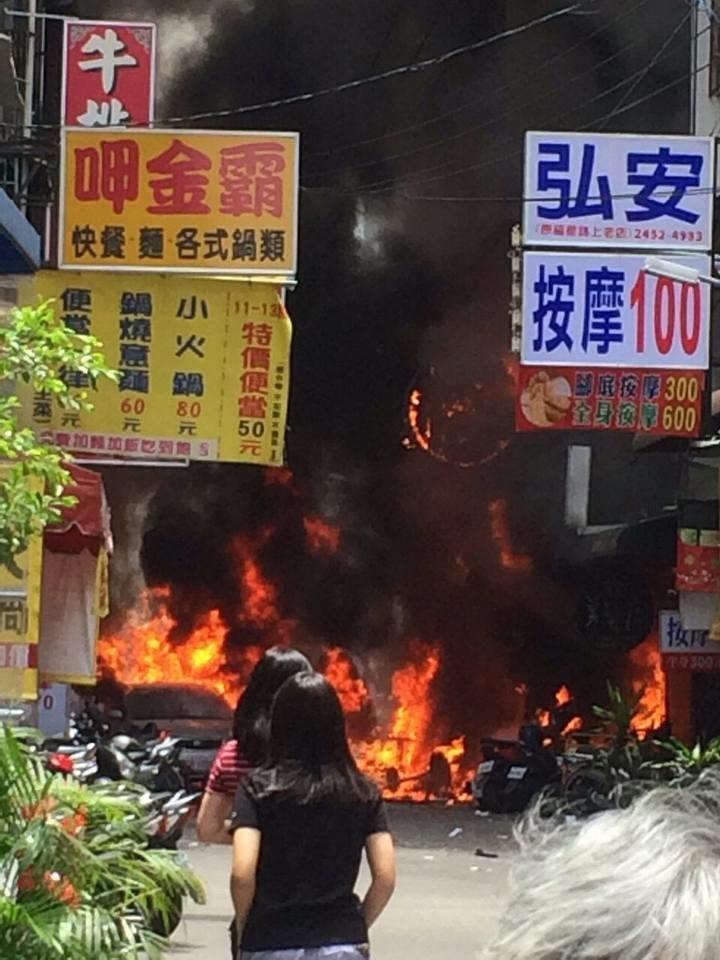 台中市逢甲商圈今天中午發生氣爆,烈火燒毀了整條街。照片/摘自臉書