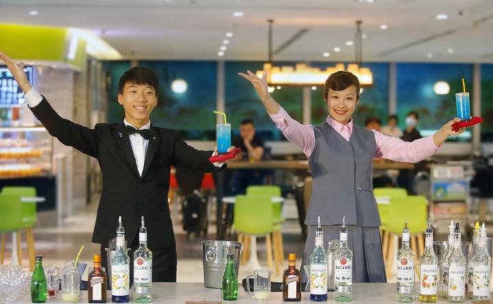 李佩玟、吳章平的男女搭檔同時完成「一坪海岸線」的調製。記者鄭超文/攝影