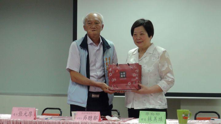 勞動部長林美珠(右)昨天拜會嘉義市職業總工會理事長吳聰鄰,聽取對一例一休的意見。記者王慧瑛/攝影
