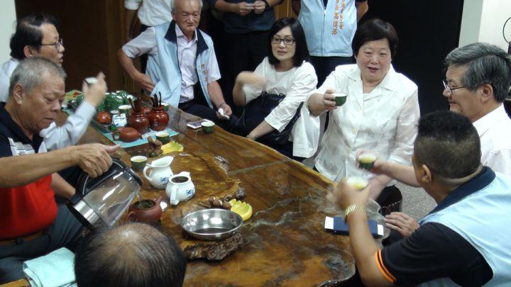 勞動部長林美珠(右三)今天下鄉到嘉義縣市和工會座談,她曾在嘉義縣當4年7個月的副縣長,她說,回嘉義感覺特別親切,座談前先泡茶閒聊。記者王慧瑛/攝影