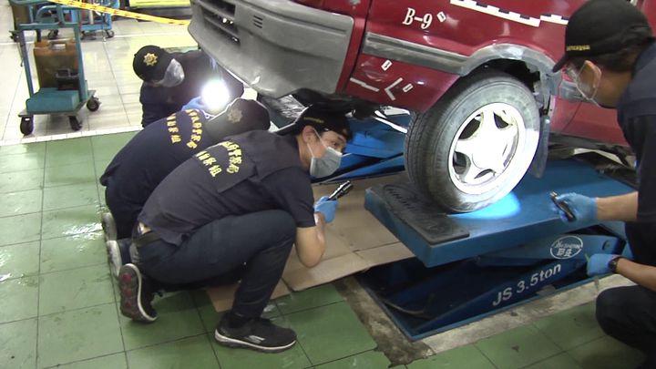 警方請車廠協助撐起作案小貨車,找尋底盤與車輪上細微證物。記者周宗禎/攝影