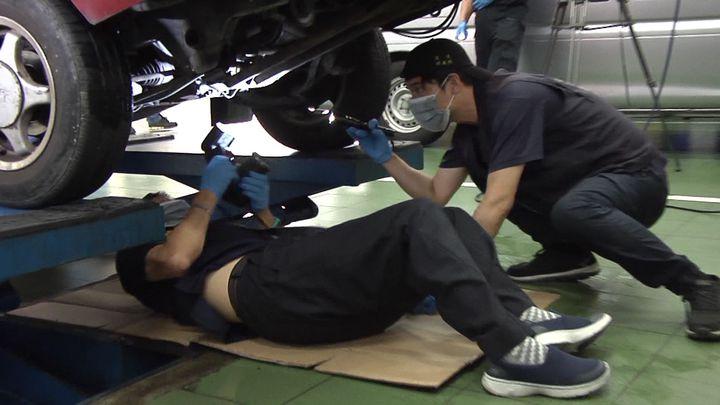 警方現場勘察組監識人員仔細找尋作案車輛輪胎及底盤上遺留物證。記者周宗禎/攝影