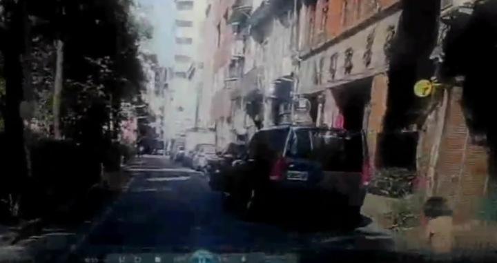 女童(右下角)在巷弄內奔跑,司機不慎撞上。記者李承穎/翻攝