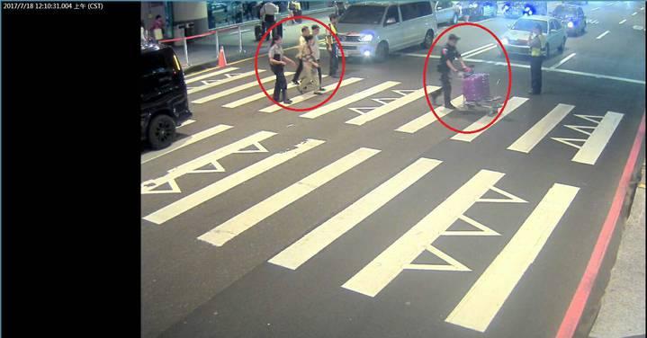 航警幫忙推行李,陪伴兩老去搭車。圖/航警局提供