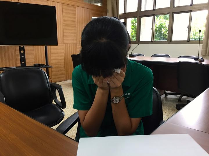 何青燕母親是大陸新移民,在國中階段飽受到歧視,會被同學嘲笑「626(死阿陸)」或被嘲是中國人,陰影很深,回憶過去不斷掉淚,數度中斷採訪。記者喻文玟/攝影