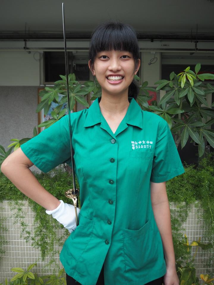 大學指考成績單寄發,台中女中第一類組考生何青燕是新移民之子,她總分529.9分是校內社會組榜首,也是校內儀隊成員。記者喻文玟/攝影