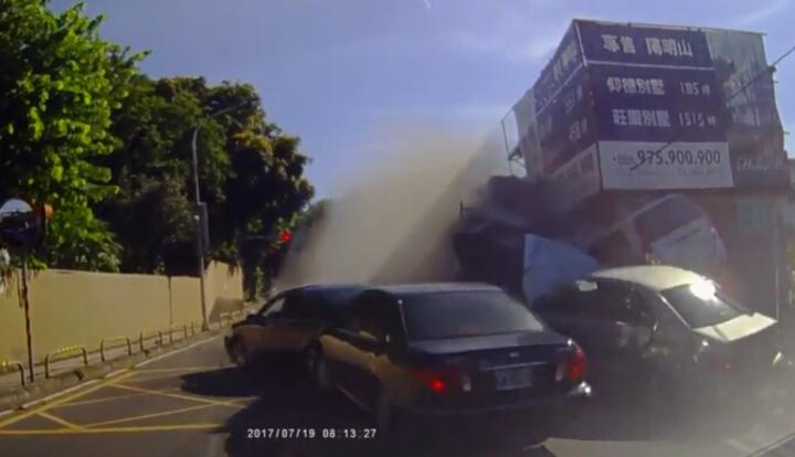 前方車輛不斷擠向陳姓駕駛的廂型車,他機警的往左打方向盤躲過一劫。陳男提供。