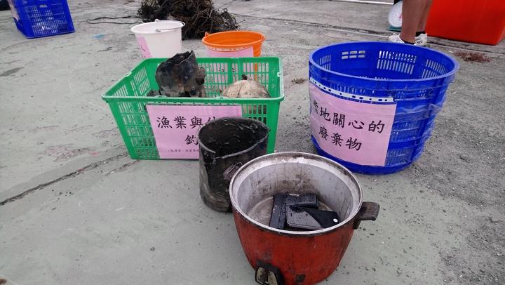 今天上午漁船出海打撈到電鍋及玩具手槍等垃圾。記者卜敏正/攝影