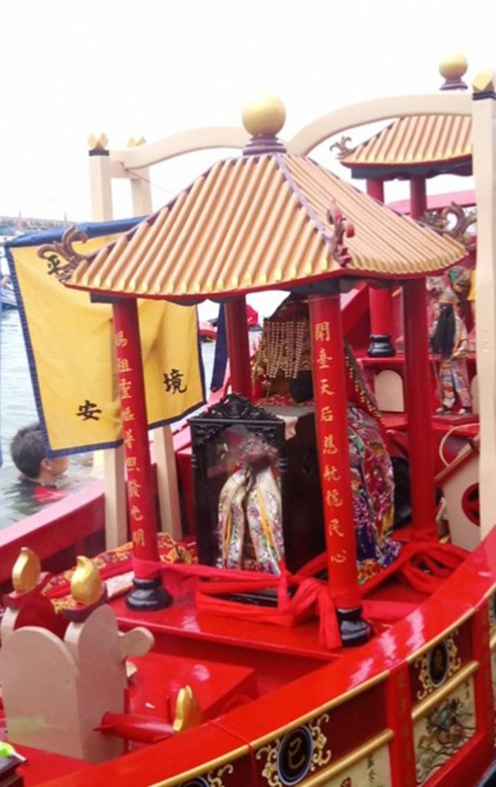 新港奉天宮「開台媽祖號」木造船, 今天上午搭載媽祖及先天宮王爺,在嘉義縣東石漁港出航打撈垃圾。記者卜敏正/攝影