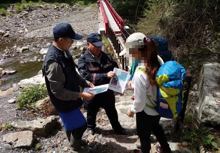 警方在馬達拉溪登山口勸導山友趕緊下山。圖/保七第五大隊提供