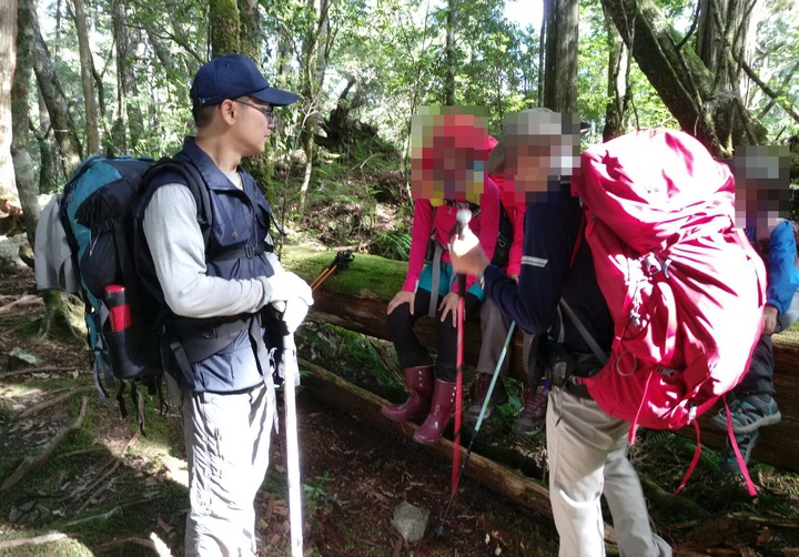 警方在大霸尖山登山路線沿途勸導山友下山。圖/保七第五大隊提供