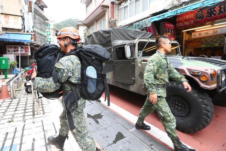 國軍特種作戰指揮部12名弟兄攜帶各項裝備進駐烏來地區待命。記者杜建重/攝影